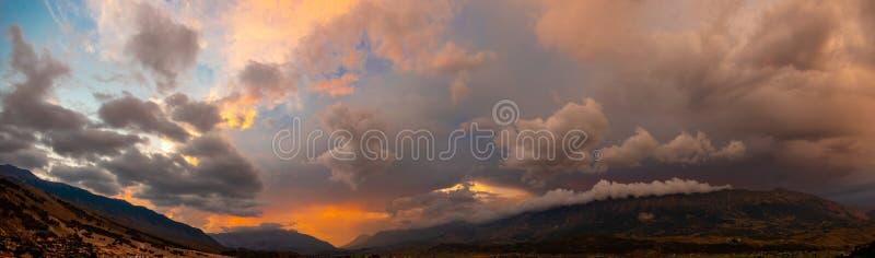 Panoramahimmel mit Gewitterwolken stockbilder
