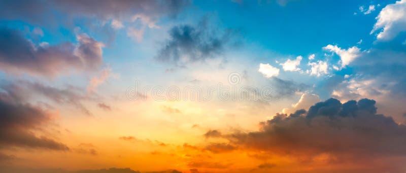 Panoramahintergrund des Himmels und der Wolke stockbild