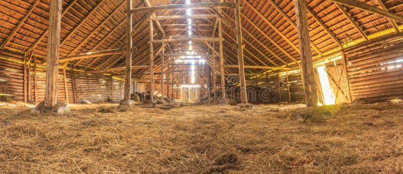 Panoramainnenraum der alten Bauernhofscheune mit Stroh lizenzfreies stockbild