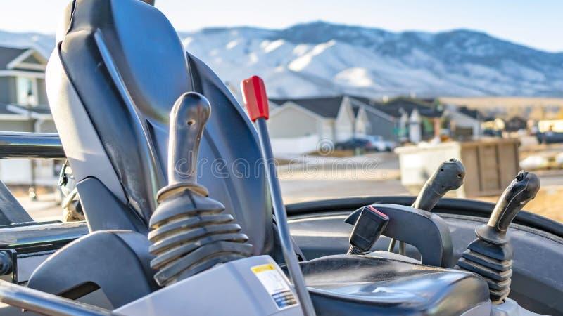 Panoramakader Seat en controlestokken binnen de open cabine van op zwaar werk berekende machines royalty-vrije stock foto's