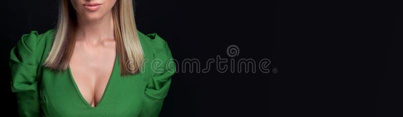 Panoramakvinna i grön klänning på svart bakgrund arkivbild