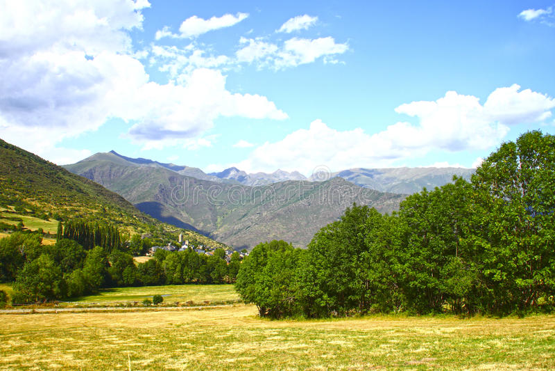 Panoramalandschaft mit bewölktem blauem Himmel stockfotografie