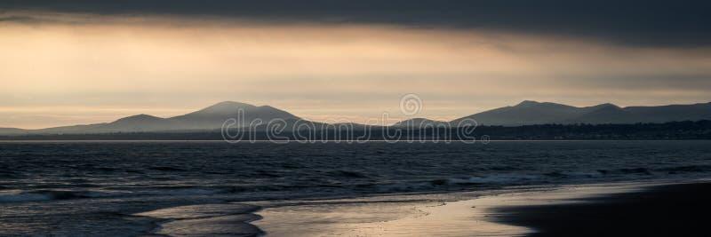 Panoramalandschaftserstaunlicher Gebirgszug und -strand an vibrierendem stockbilder