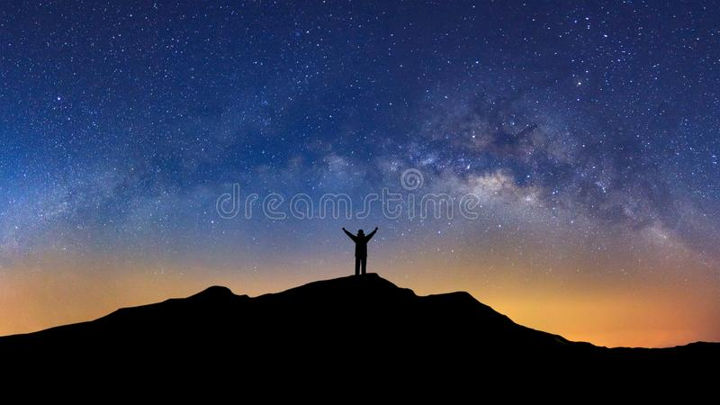 Panoramalandschap met melkachtige manier, Nachthemel met sterren en silh royalty-vrije stock fotografie
