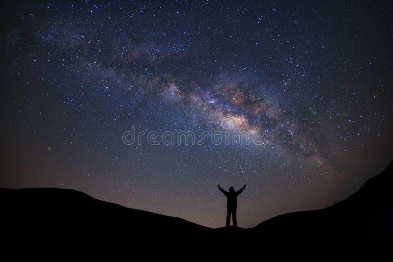 Panoramalandschap met melkachtige manier, Nachthemel met sterren en silh stock foto's