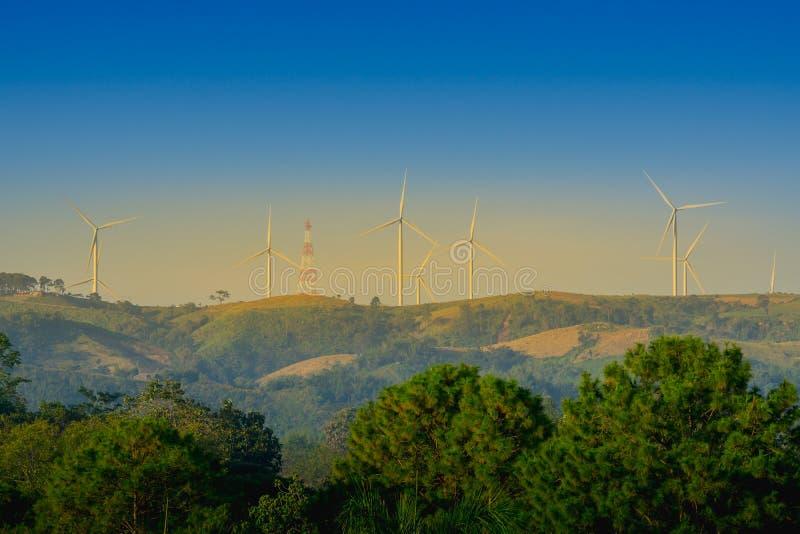 Panoramalandschap van windturbine voor alternatieve energie op moutain in Khao Kho, Phetchabun-Provincie Thailand stock foto