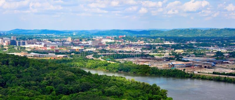 Panoramalandskap av Chattanooga på Tennessee River som sett från den Chickamauga fördämningen royaltyfri foto