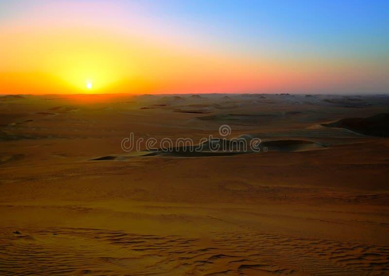 Panoramalandskap på det stora sandhavet runt om den Siwa oasen på solnedgången i Egypten royaltyfri bild