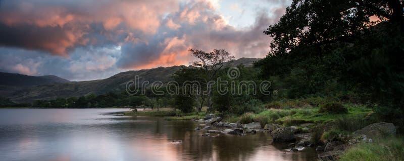 Panoramalandskapet som bedövar soluppgång över sjön med berget, ringde royaltyfri foto