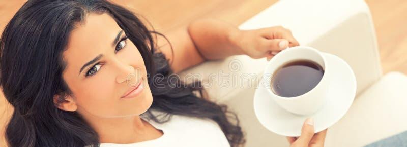 PanoramalatinamerikanLatina kvinna som dricker te eller kaffe royaltyfri foto