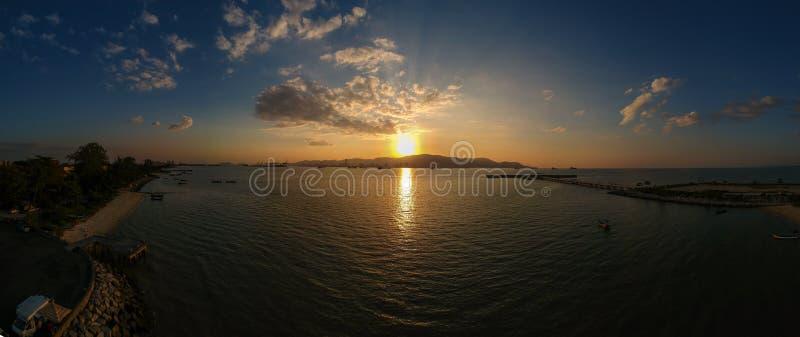 Panoramaluftbrummen-Fotografieansicht an pantai bersih, Butterworth stockbilder