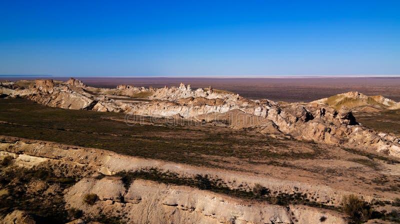 Panoramamening aan Aral overzees van de rand van Plateau Ustyurt bij zonsondergang, Karakalpakstan, Oezbekistan stock afbeelding