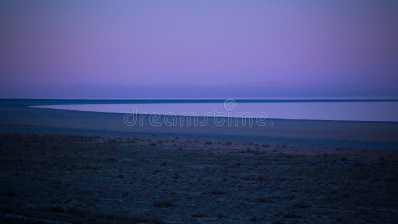 Panoramamening aan Aral overzees van de rand van Plateau Ustyurt dichtbij Aktumsuk-kaap bij zonsondergang, Karakalpakstan, Oezbek stock foto's