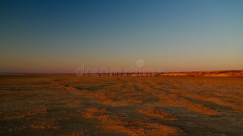 Panoramamening aan Plateau Ustyurt van de rand van Aral overzees dichtbij Aktumsuk-kaap bij zonsondergang, Karakalpakstan, Oezbek stock afbeeldingen