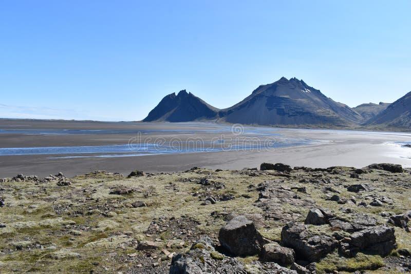 Panoramamening bij de Vestrahorn-Bergen in het zuidoosten van IJsland stock fotografie