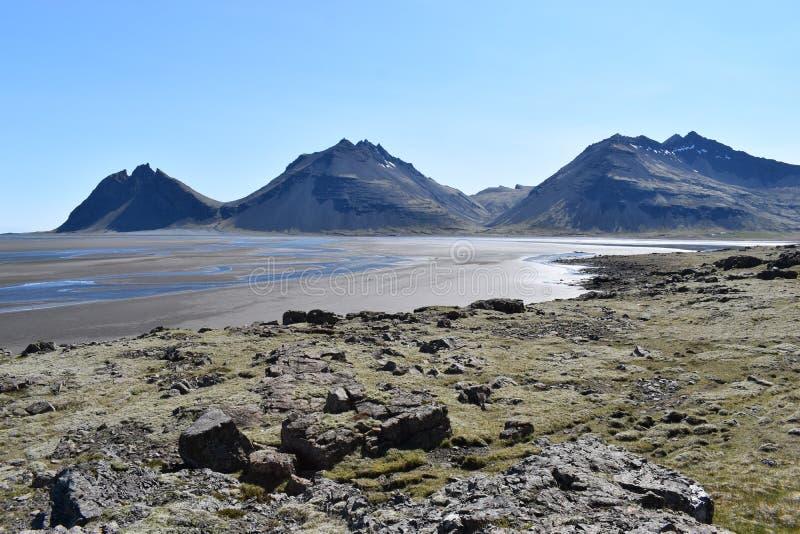 Panoramamening bij de Vestrahorn-Bergen in het zuidoosten van IJsland royalty-vrije stock foto's