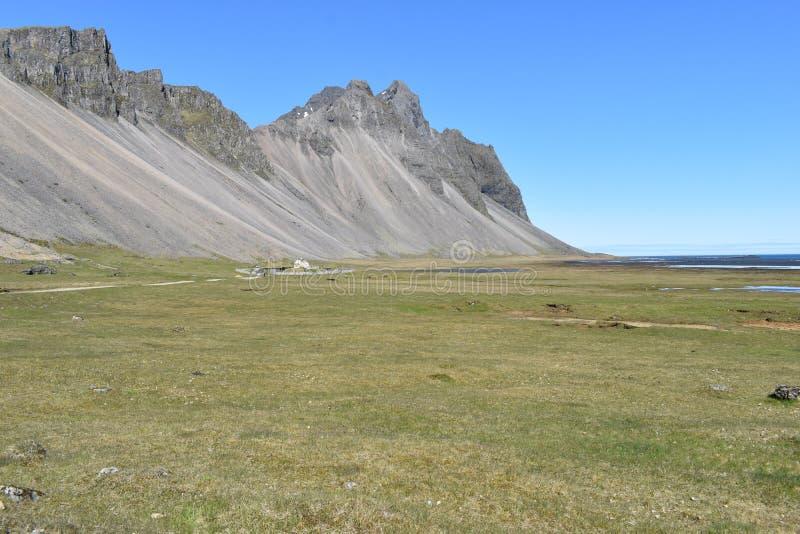 Panoramamening bij de Vestrahorn-Bergen in het zuidoosten van IJsland stock afbeelding