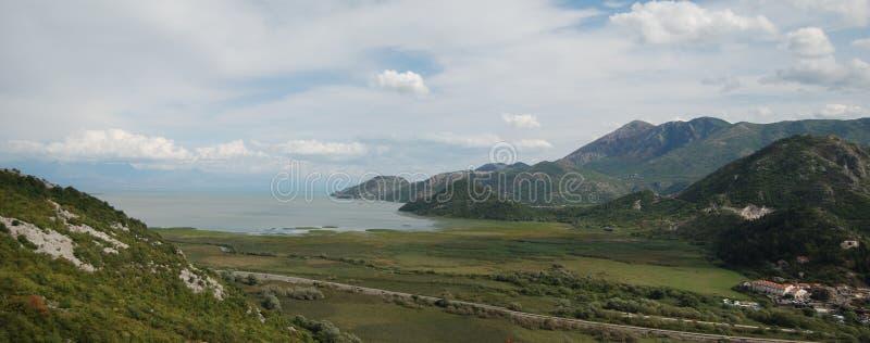 Panoramamening over het meer in bergen royalty-vrije stock fotografie