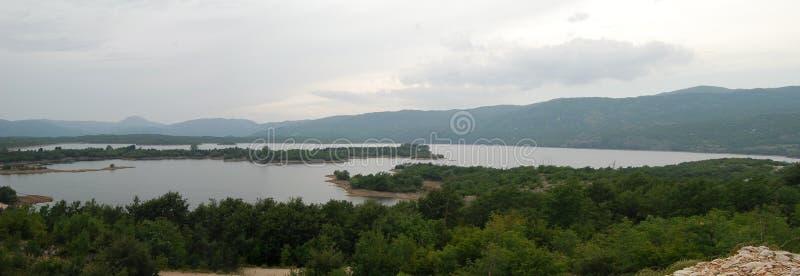 Panoramamening over het meer in bergen stock foto's