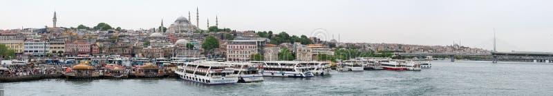 Panoramamening van de dijk van de Aziatische kant van Istanboel met schepen, mensen, gebouwen en moskees, Turkije stock afbeelding