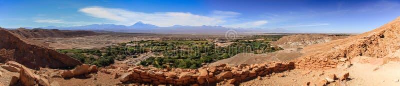Panoramamening van de ruïnes van Pukarà ¡ DE Quitor over een vallei hieronder, Atacama-Woestijn, Noordelijk Chili stock foto