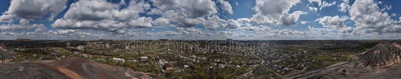 Panoramamening van de stad en de bewolkte hemel stock afbeelding