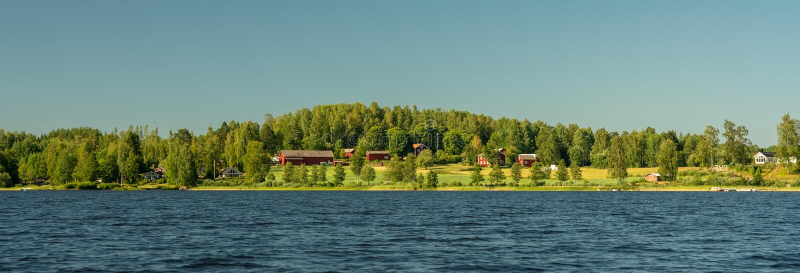 Panoramamening van een typisch Zweeds plattelandslandbouwbedrijf stock foto's