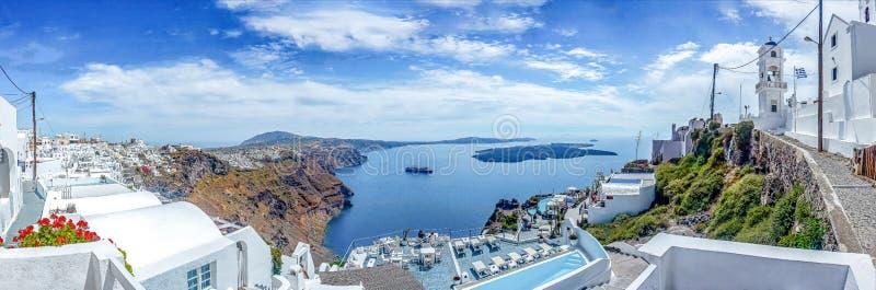Panoramamening van Imerofigli aan Fira met het cruiseschip die door de haven, Santorini, Griekenland wachten stock fotografie