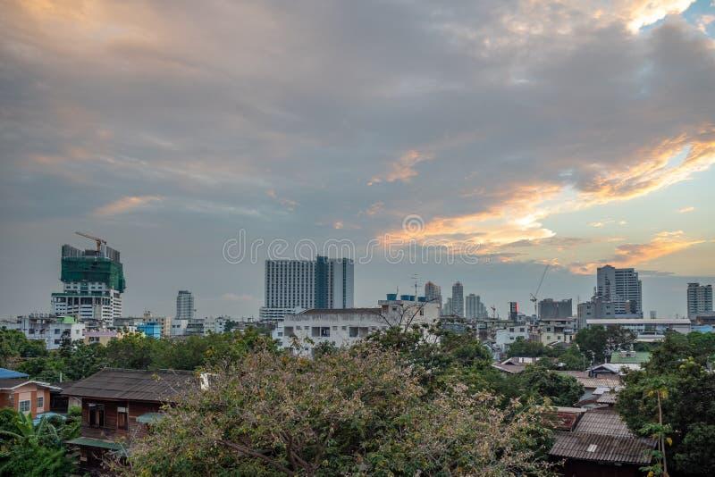 Panoramamening van kleine stad en stad op bewolkte hemel met zonlichtachtergrond royalty-vrije stock foto's