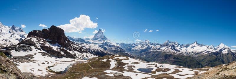 Panoramamening van Matterhorn-piek in zonnige dag van gornergrat RT stock fotografie
