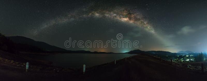 Panoramamening van melkachtige maniermelkweg over de dam royalty-vrije stock afbeeldingen