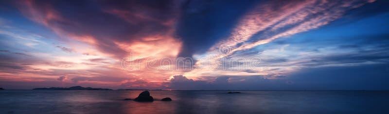 Panoramamening van mooie zonsondergang boven het overzees bij tropisch strand royalty-vrije stock fotografie