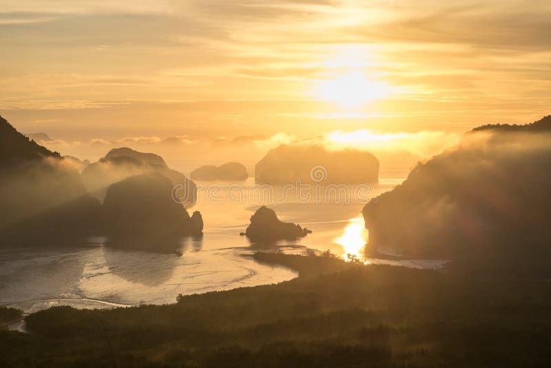Panoramamening van overzees en berg in de ochtend gouden hou van de zonstijging stock afbeeldingen