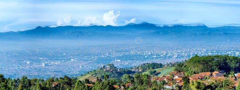 Panoramamening van weinig dorp bovenop de heuvel en het landschap o royalty-vrije stock fotografie