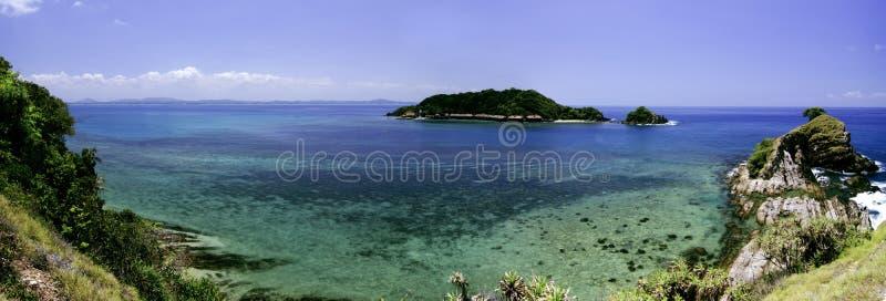 Panoramamening vanaf heuvelbovenkant bij Kapas-Eiland, Terengganu, Maleisië door glashelder water, koraal, eiland en blauwe hemel royalty-vrije stock foto