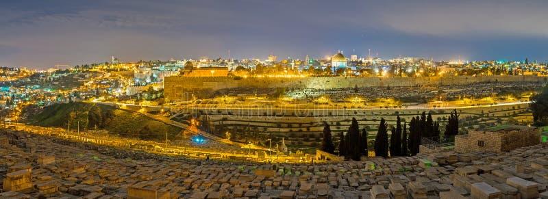 Panoraman av den upplysta Jerusalem arkivfoton