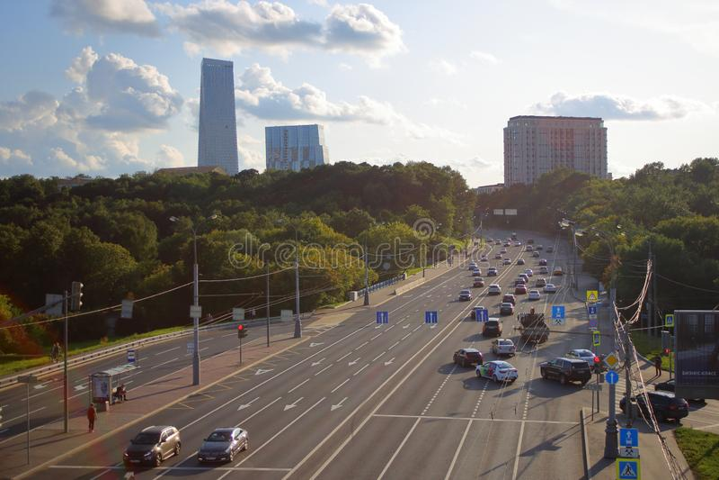 Panoraman av den Vorobievskoe huvudvägen som förbiser moderna skysrapers royaltyfri foto