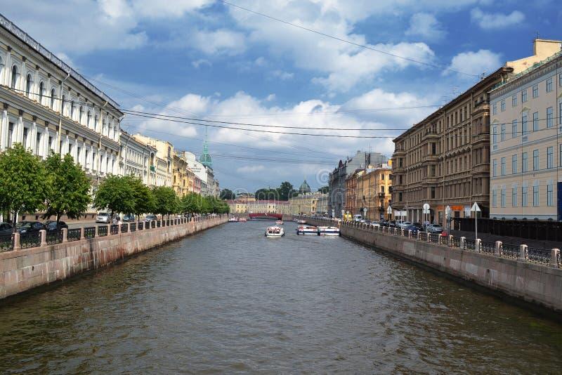 Panoraman för Moyka flodinvallning in mot den röda bron okhtinsky petersburg russia för bro saint arkivfoto