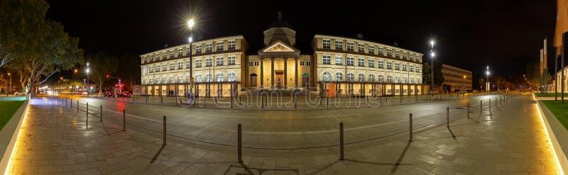 Panoramanacht van het Museum Wiesbaden Duitsland wordt geschoten dat stock fotografie