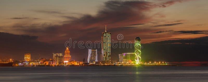 Panoramanachtstadt Batumi lizenzfreie stockbilder