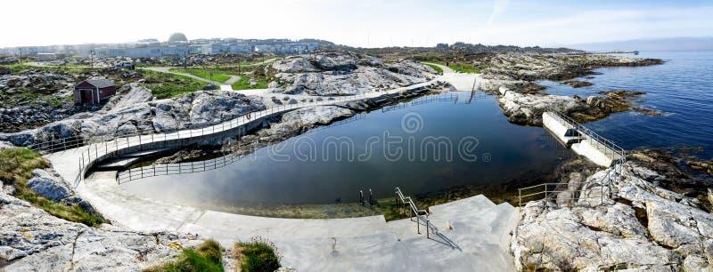 PanoramaPanoramasicht auf einen Spiegel wie Schwimmbad für die Öffentlichkeit bei Sjobadet Myklebust, Tananger, Tananger. lizenzfreies stockbild