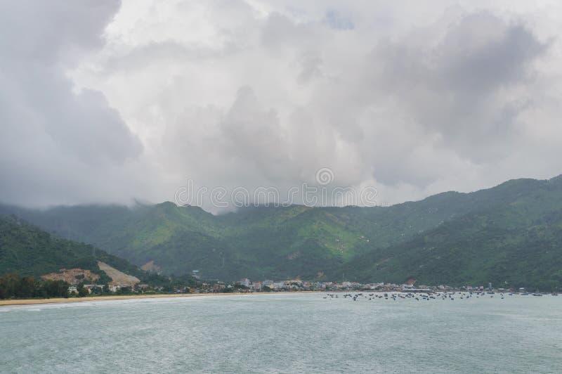 Panoramaplats av den Lang Co stranden, ton från det Hai Van bergpasserandet på Da Nang, Vietnam royaltyfri foto
