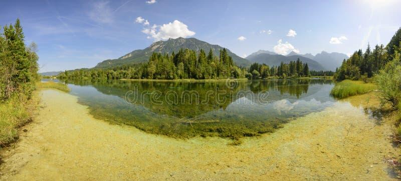 Panoramaplats i Bayern med floden royaltyfri bild