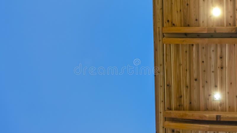 Panoramaramslut upp sikten av undersidan av ett plant tak med blå himmel i bakgrunden royaltyfri bild