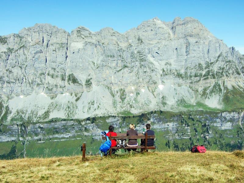 Panoramas dos picos alpinos Fisetengrat e Chamerstock imagens de stock