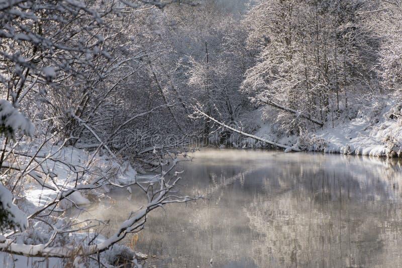 Panoramascène met ijs en sneeuw bij rivier in Beieren stock fotografie