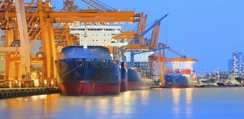 Panoramascène van schipwerf met zware kraan in mooie twilig royalty-vrije stock foto