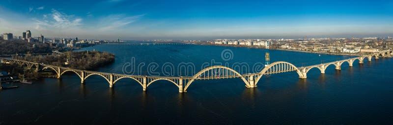 Panoramasicht auf die alte Eisbahn Merefo-Kherson Brücke über den Dnieper Fluss in Dnepropetrovsk, Ukraine lizenzfreie stockfotografie