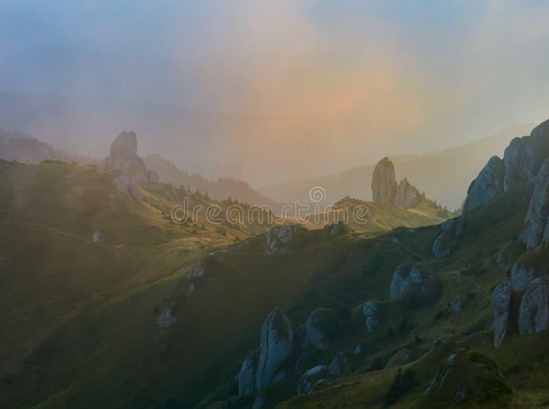 Panoramasicht auf die Felsen von Ciucas, Rumänien lizenzfreie stockfotos