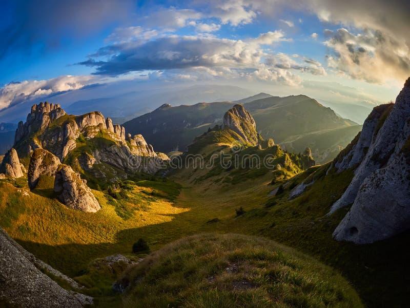 Panoramasicht auf die Felsen von Ciucas, Rumänien stockbild